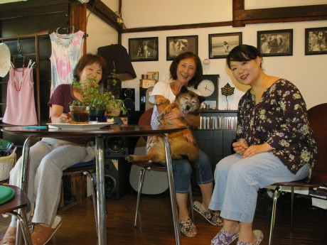 マカドハウス運営スタッフと保護犬のターシャ。右は長主直子さん