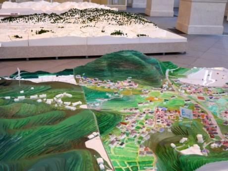 展示の様子。手前は宮城県気仙沼市を再現した模型
