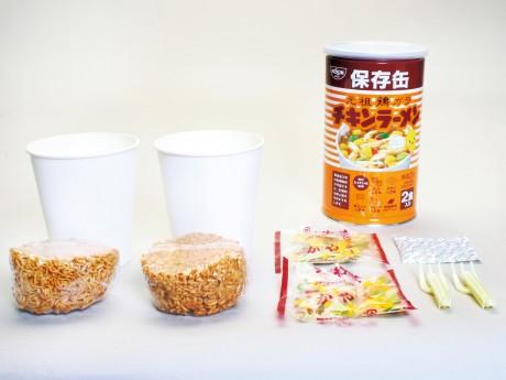 「チキンラーメン保存缶」には、麺、かやく・スープ、紙カップ、折りたたみフォークを2食分封入