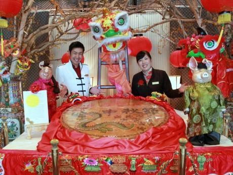 直径1メートルの「中秋大月餅」(ローズホテル横浜 ベルサービスの金子健吾さんとフロントの峰尾亜由美さん)