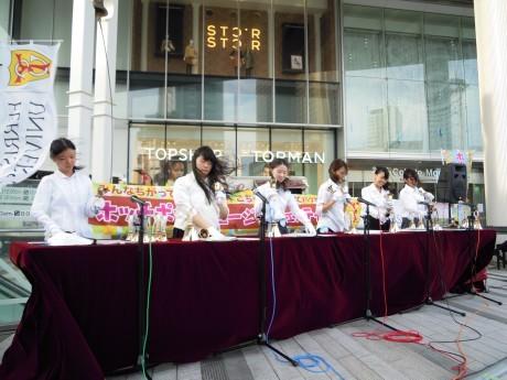 昨年のイベント時のフェリス女学院の学生によるハンドベルの演奏の様子