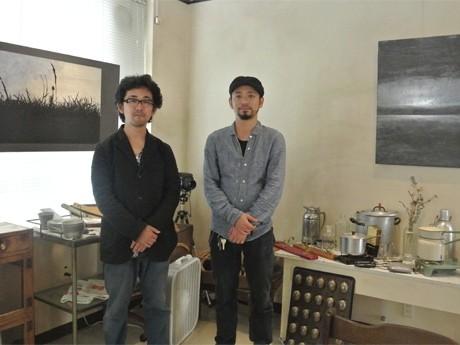 画家の吉本伊織さん(左)と「Tur aus Holz von neben Strand」オーナーの内藤正雄さん