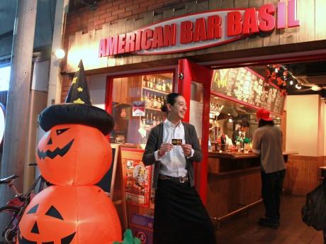 ハロウィーン装飾されたアメリカンバー「BASIL」(中央は同店マネジャーの中谷宏志さん)