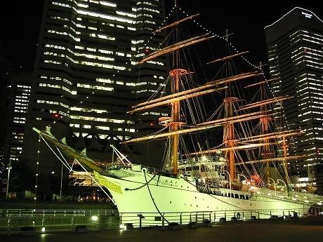 ライトアップされた「帆船日本丸」