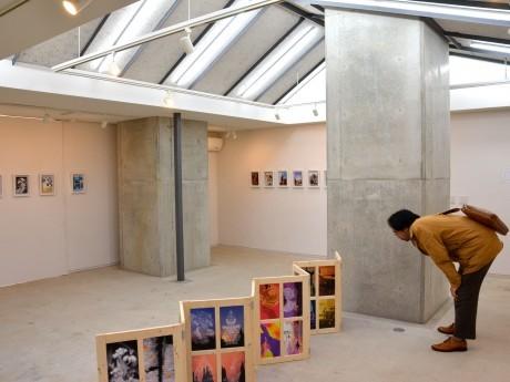 「アーティスト支援チャリティ展」会場の様子