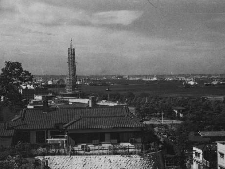 山手・谷戸坂から見た建設中の横浜マリンタワー(1960年 資料提供:横浜市)
