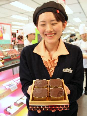商品「炎のチョコレート」を手にとる「銀のぶどう」スタッフ加藤舞美さん