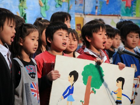 「大豆収穫祭」で発表する子どもたち
