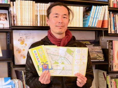 スタンプラリーのマップを紹介するムイットボン!代表の上田尚矢さん