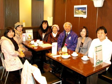 当日カフェに集合した福島出身者やプロジェクト関係者。右端は事務局長の梶雅之さん