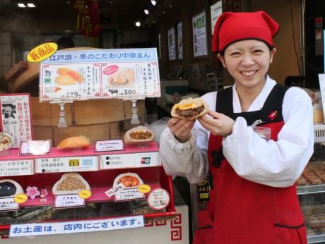 黒毛和牛「すき焼きまん」を販売する江戸清中華街本店スタッフの佐々木裕加さん