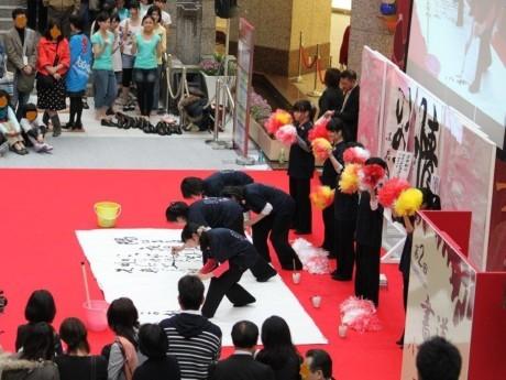 昨年4月に開催された「神奈川書道祭り」の横浜女学院中学校高等学校のパフォーマンス