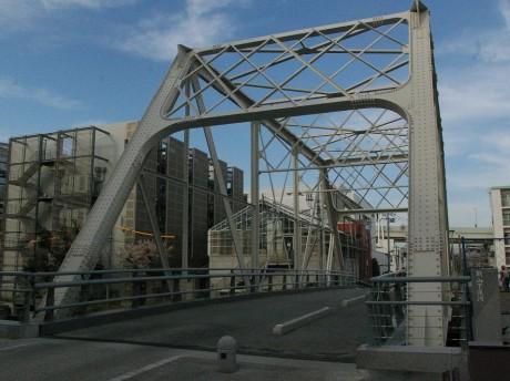 江ヶ崎跨線橋を再利用した新山下の霞橋