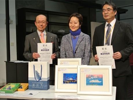 市長賞を受賞したアーツステーションヨコハマの加藤光太郎社長(左)と郵船ナブテックの松井正商事グループ部長(右)。中央は中山こずゑ横浜市文化観光局長