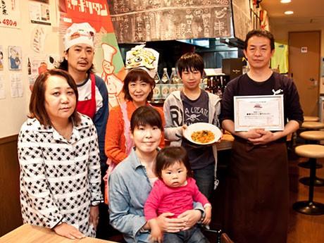 認定証を授与された店主の椿直樹さん(右)