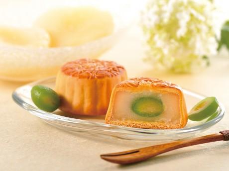 若桃(幼果)が丸ごと一粒使われている崎陽軒「横濱月餅 白桃」