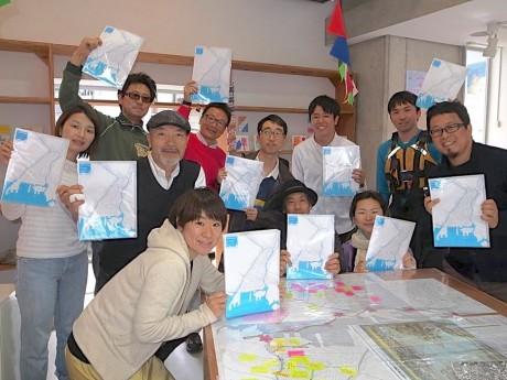 「横浜水辺マップ 大岡川下流域編」を制作した水辺荘のメンバーたち