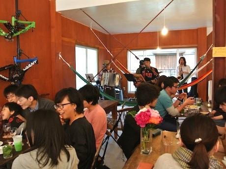 オープンを記念して5月5日に行われた「縁日」の様子。バンド演奏やヨーヨー釣り、足つぼマッサージなどが行われた