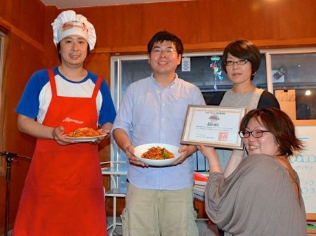 宿るや商店を運営する「横浜ウミガワ不動産」の石井律子代表(右下)に認定証が贈呈された