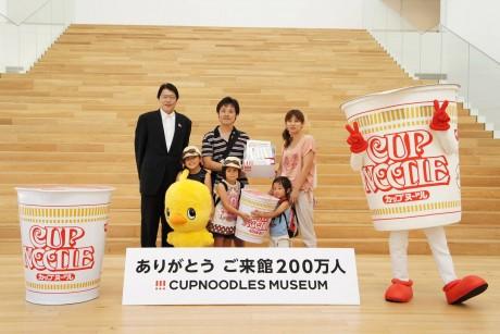 200万人目となった宮井葵咲ちゃん(左から2番目)とカップヌードル ミュージアム筒井之隆館長(左端)