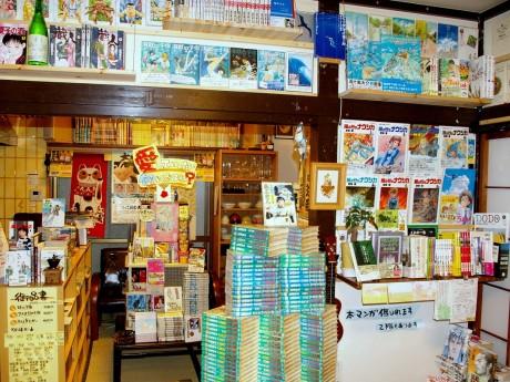 「横浜へそまがり」店内1階の様子