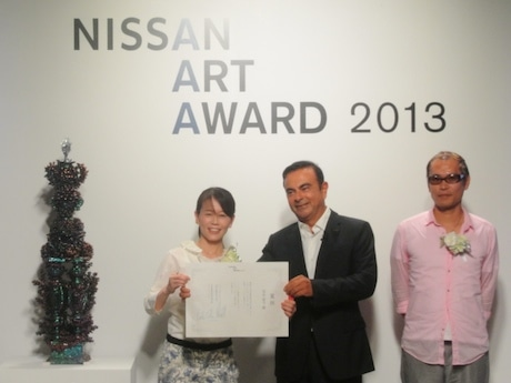 グランプリに輝いた宮永愛子さんとカルロス・ゴーンCEO、審査員特別賞の西野達さん