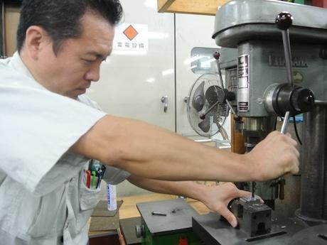 関東精密の杉田勇さん。イベントではドリルを研いだり、ステンレスの板に穴を開ける作業を実演・体験する