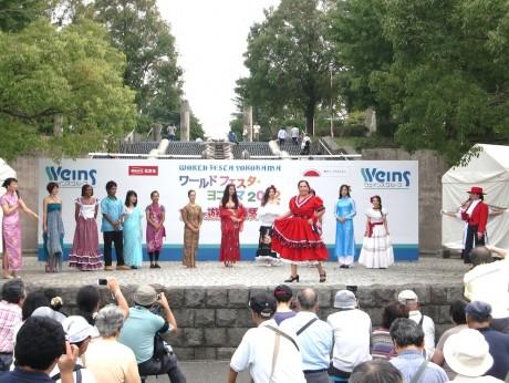 昨年の「ワールドフェスタ・ヨコハマ」民俗衣装紹介の様子