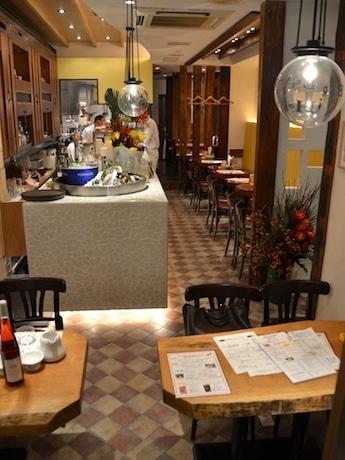 バルセロナの街角にある酒場をイメージした店内。柱などには日本家屋の古材も利用している