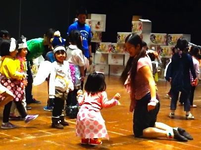 2012年にKAAT 神奈川芸術劇場で行われた「ART&MUSIC&DANCEをいっぺんにたのしむ、こどものためのワークショップ・シリーズ」