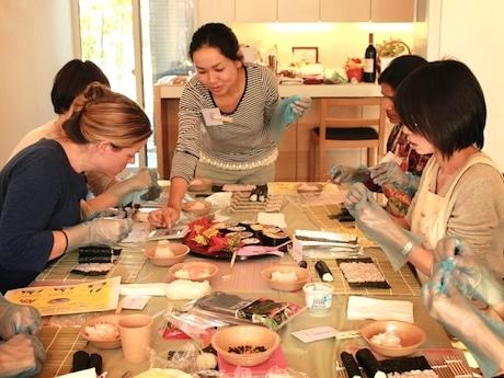 12月6日に開催された第1回巻き寿司ワークショップの様子