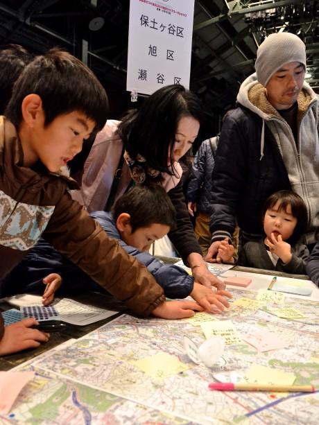 18区を6つに分けたテーブルでは、子供たちも熱心に情報を付箋に書き込んでいる姿が目立った。