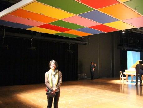 作品「#29(ユニット29)」の前で、アーティストの安藤由佳子さん