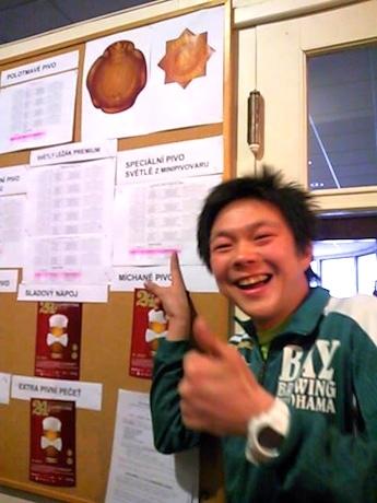 審査結果が掲示されたボードを前に喜ぶ横浜ベイブルーイング代表取締役兼醸造責任者の鈴木真也さん