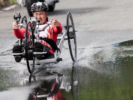 昨年5月に山下公園で行われた世界トライアスロンシリーズ横浜大会・パラトライアスロンの部1位の副島正純選手のバイク(ハンドサイクル)パート(SATO.Ryoさん撮影)