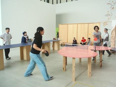 「ハンマーヘッドスタジオ 新・港区」オープンスタジオの様子。作品はstudio jean・松本恭吾さんの「ピンポンピンク」