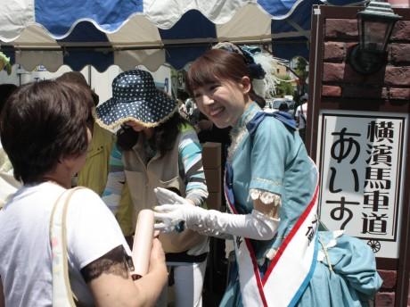 横浜観光親善大使が「横濱馬車道あいす」を配布