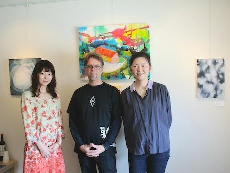出展作家の大野愛さんと「Launch Pad Gallery」を運営するフレッド・バフーベンさん、リュウリンさん