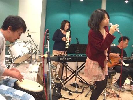 「音楽しみ会」に出演する「松田沙季&Earth of Bay!」