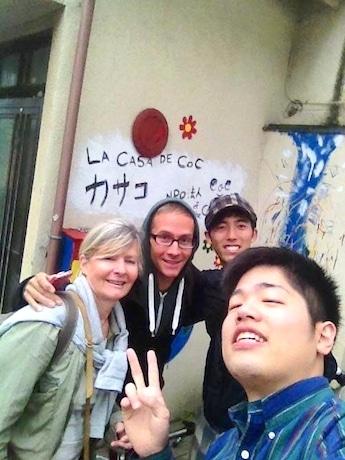「カサコ」を訪れた旅行者と「コネクション・オブ・ザ・チルドレン」代表の加藤功甫さん(中)、メンバーの堀口雄貴さん(右)