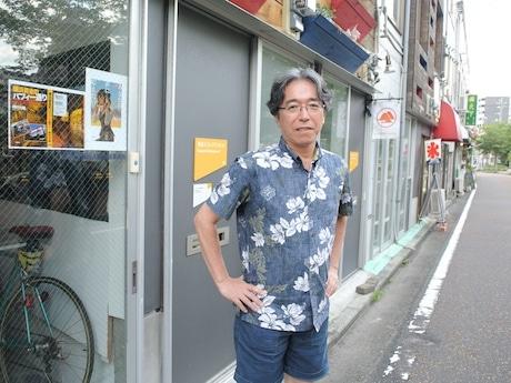 大岡川沿いの元「ちょんの間」に事務所を構える阿川大樹さん