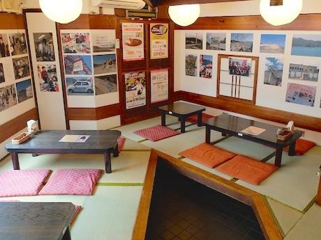 店内にはカウンター席のほか座敷もあり、壁には岩手県大槌町の様子を伝える写真も展示されている