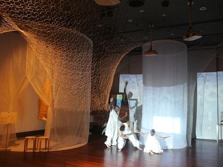 クリシー・喜陽さん、高津会さん、森田かずよさんによる「FIRST CONTACT」オープニングプログラムパフォーマンスの公開ゲネプロの様子。森田さんにとって義足を付けずに全てを踊る初の試みだという