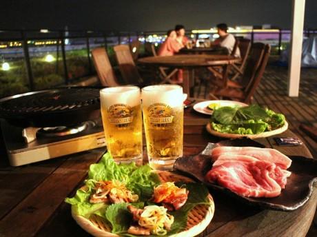 横浜港の夜景を臨む「サムギョプサル風BBQビアガーデン」