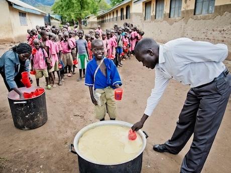 給食に並ぶアフリカの子どもたち © WFP/Rein Skullerud