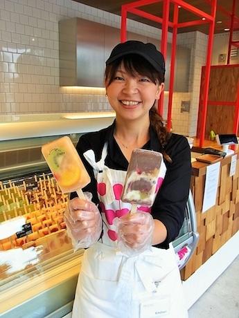 店長の北堀順子さん。左は一番人気の「Mix East(ミックスイースト)」、右は大人の女性に人気の「Acai(アサイー)」(各480円)。