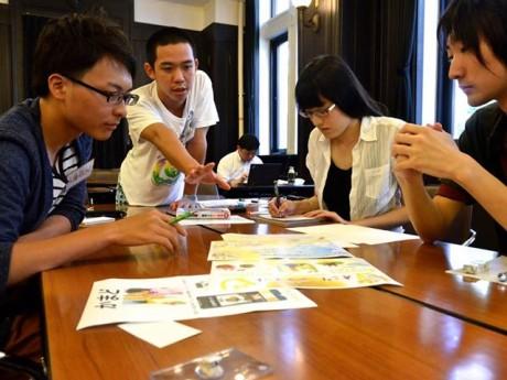 8月18日に開港記念会館で行われたゲーム企画ワークショップで、熱心にストーリーを考える学生たち