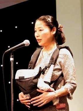代表理事の菊地加奈子さんは5人の母親。8月に生まれたばかりの4女を抱いてあいさつした。