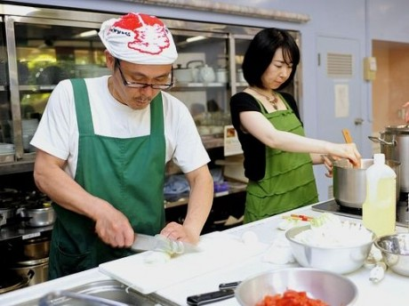 岩手・宮城の食材を生かしたメニューの開発をするフレンチシェフでボランティアの高橋弘和さん(左)