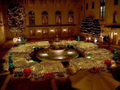 ライトアップしたホテルニューグランド本館中庭
